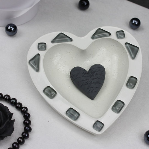 Herzschale aus Beton mit Grauen Mosaiksteinen