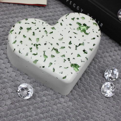 Herz White mit Grünen Steinen