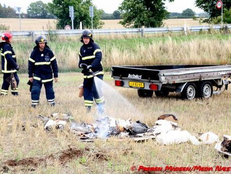 Læsset på mindre trailer stod pludselig i flammer.