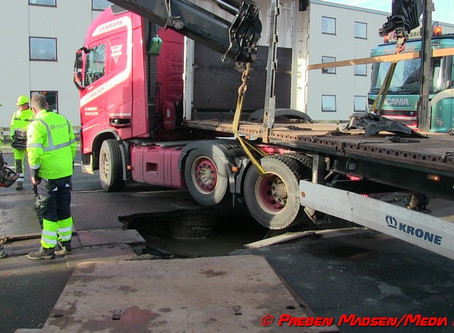 Vejbanen forsvandt under lastbil.