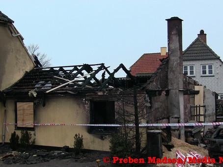Villa ubeboelig efter voldsom brand i Karrebæksminde.