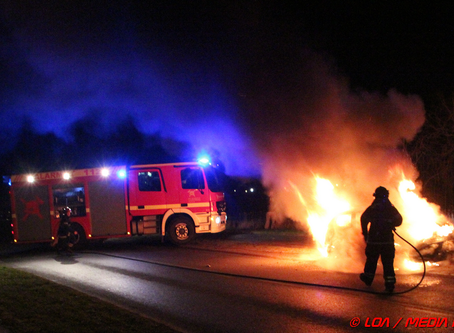 Garage og bil udbrændt