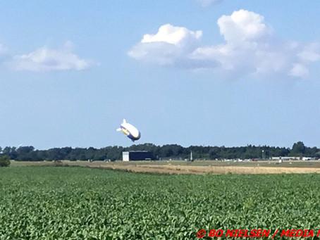 Billedeserie: Indflyvning og landing af Goodyear Blimp, Roskilde lufthavn.