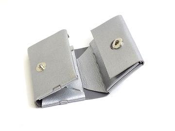 女性でも片手に収まるコンパクトサイズですが、カード入れは2箇所コインケースはマチ付きで取り出しやすい大容量、お札も折らずに収納頂けます。