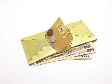 薄くてかさばらずポケットや小さいバッグにも収まりやすいサイズの二つ折り財布です。