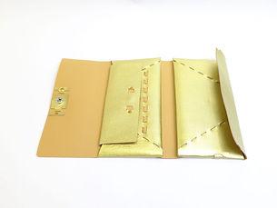 ゴールド馬革フラップ付き長財布