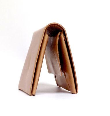 シンプルなタイプの二つ折り財布です。 薄くてかさばらずポケットや小さいバッグにも収まりやすいサイズです。