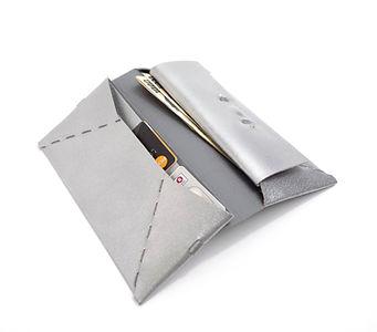 シルバーの革には裏面に箔付け加工を施しています。長財布 シルバー
