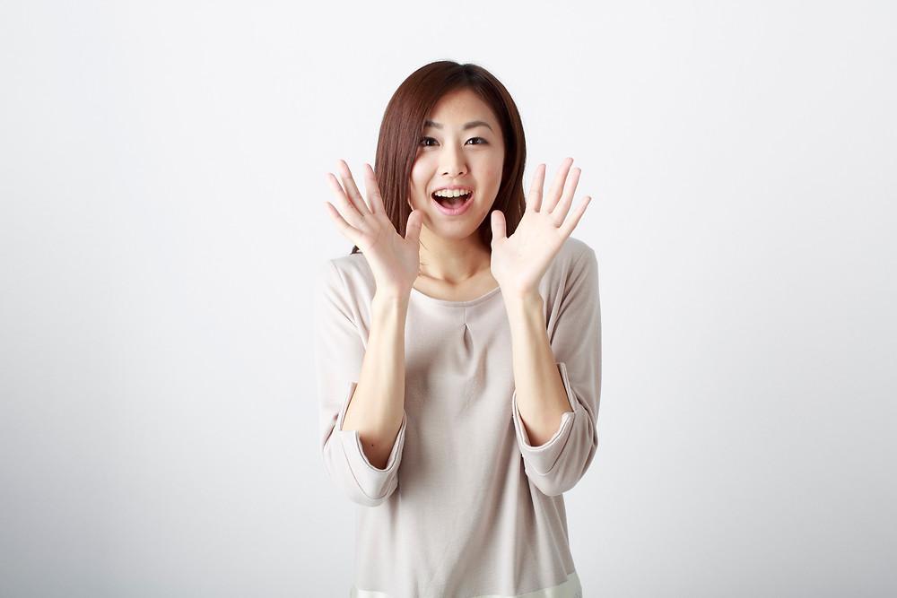 自然と笑顔な感情型の女性