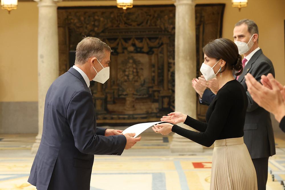V. Gambau recibe el Premio de la mano de la Reina
