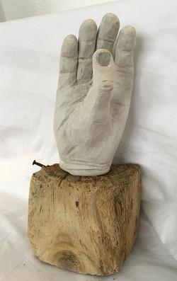 Tummen mitt i handen