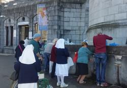 ルルドの聖水 Fetching water in Lourdes