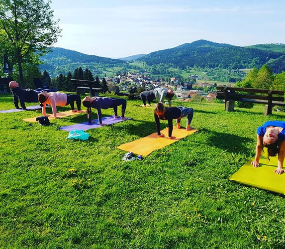 Yoga with a view! Who else would love a little outdoor session in the sun_🖐🌄 Yoga mit Aussicht! Wer würde auch eine sonnige Session an der f