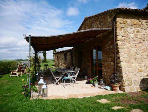Verandan framför köket är en naturlig plats för familjemiddagar