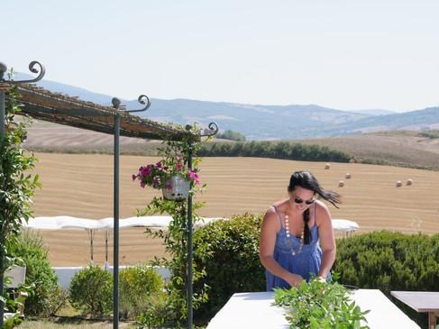 Klara hjälper floristen med bordsdekoratione