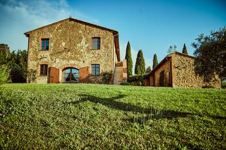 Villan med stora gräsmattan med plats för bröllopsdukning
