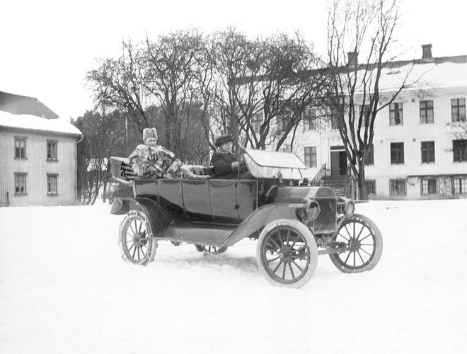 Framför diponentvilla vintertid 1920-tal