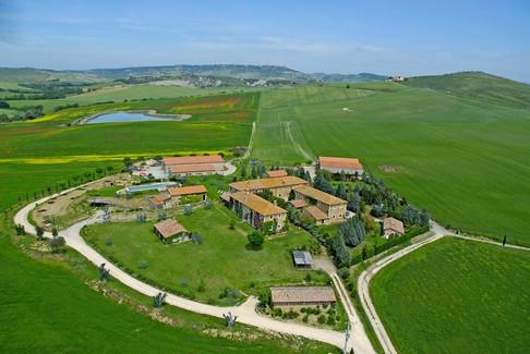 Drönarbild över villan och dess kringbyggnader