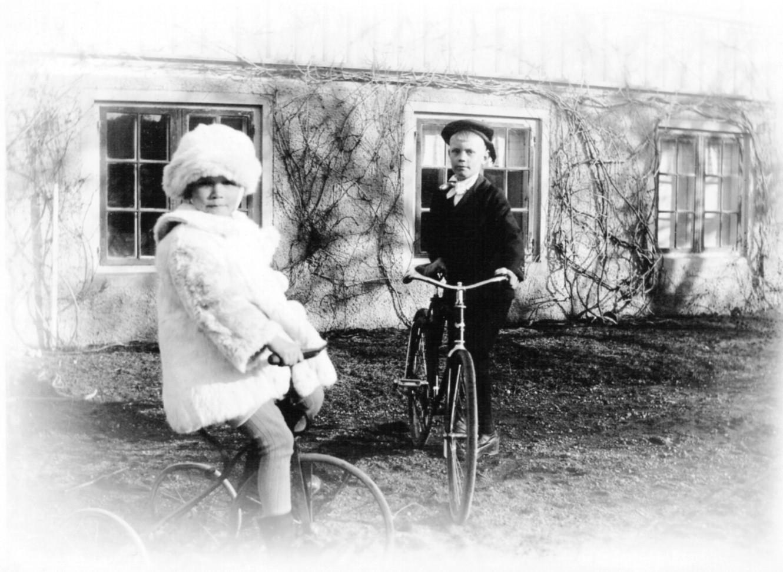 Olof och Ingrid Margareta Ek cyklar