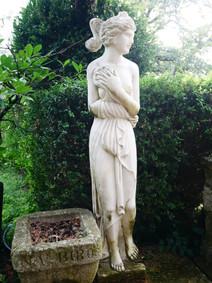 Tärdgården står kantad av vackra statyer