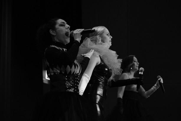 Grace trio i svartvitt showgrupp