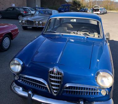 Ägaren kör gärna brudparet i sin vintagebil