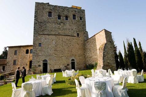 Plats för flera bord finns framför tornet