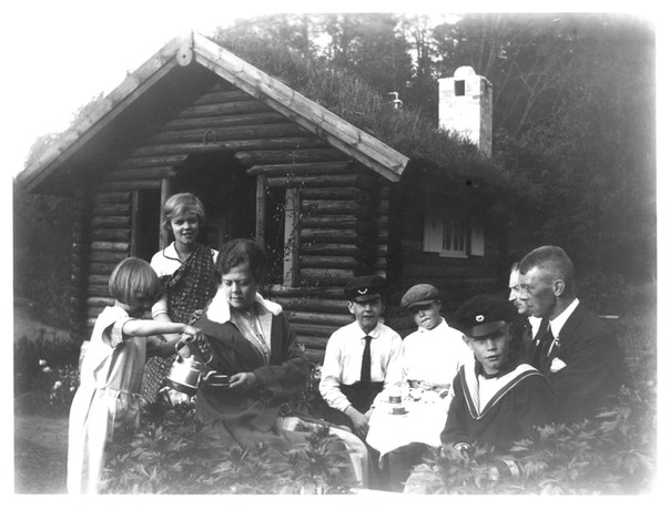 Fika_vid lekstuga i Disponentvillans trädgård 1929