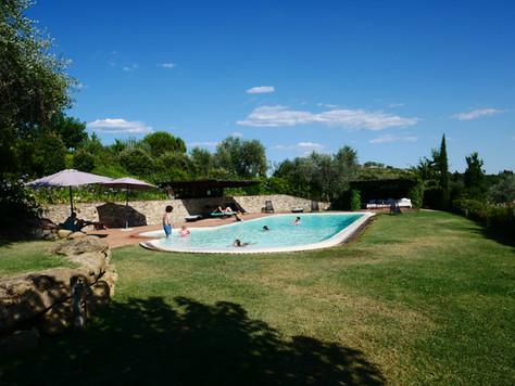 Fantastiskt poolområde med flera skuggmöjligheter