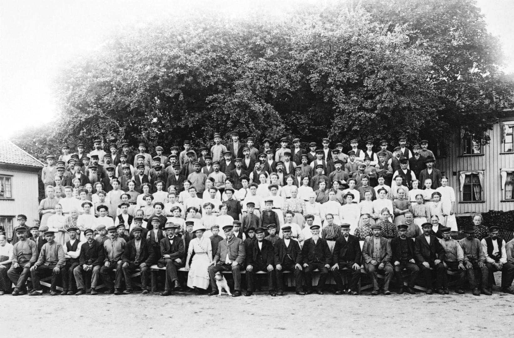 Gruppfoto framför disponentbostaden - Arbetare Rydahls Manufaktur 1915
