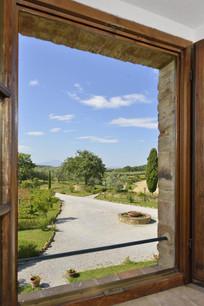 Utsikt över gården vid villan. Perfekt plats att duka upp för stor fest.