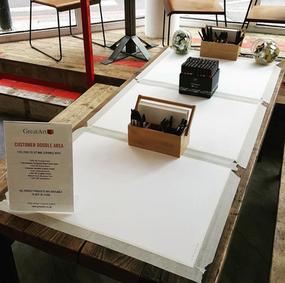 Espace d'expériences GreatArt Londres - doodle table & try me area