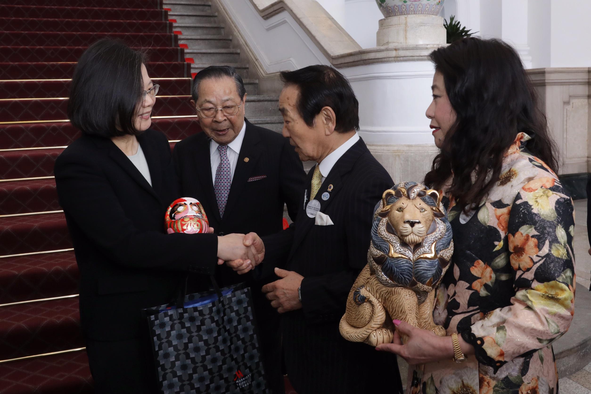 2019 3/23 台湾大統領へハタヤマダルマ贈呈
