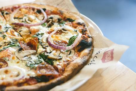 Pizza mit Salami Pilze und Zwiebel