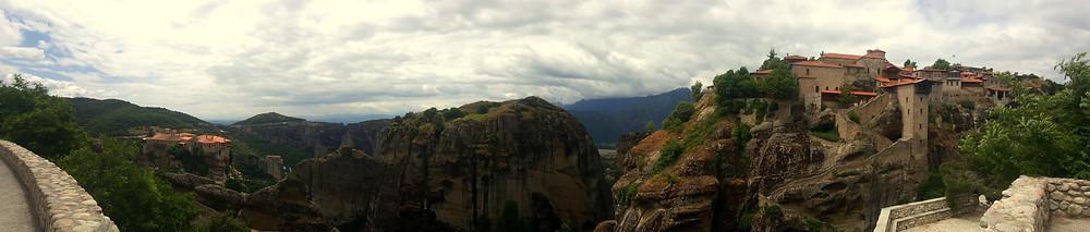 Solda Varlaam Manastırı, sağda Great Meteora
