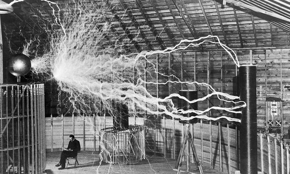 Nikola Tesla en su laboratorio.