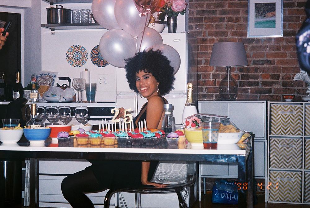 Giulia Baldini fotografata di lato, mentre festeggia il suo venticinquesimo compleanno.