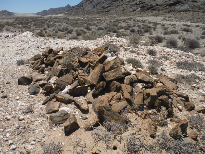 Road construction, grave or Haiseb? A pile of stones in the Richtersveld (Photo: Chris Low, 2015)
