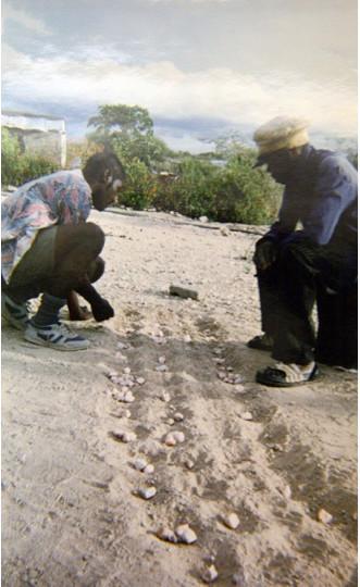 Aobhe & Dadu playing ||hus (photo: Maria Pietersen, 1995)