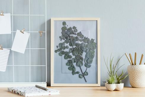 Tableau de peinture & branche d'eucalyptus séché