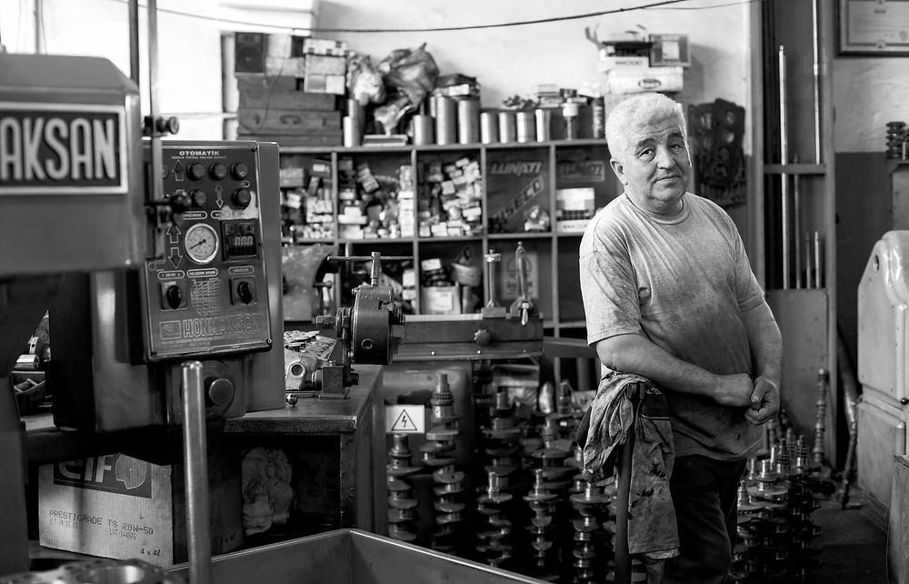 Stariji prodavač u dućanu.