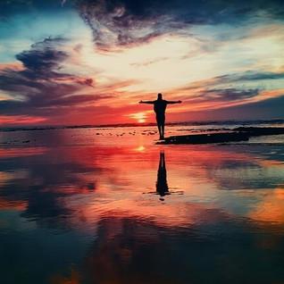 Siamo qui, ora. Non lasciamoci sovraccaricare dall'ansia, tra presente e futuro. Andrà tutto bene.
