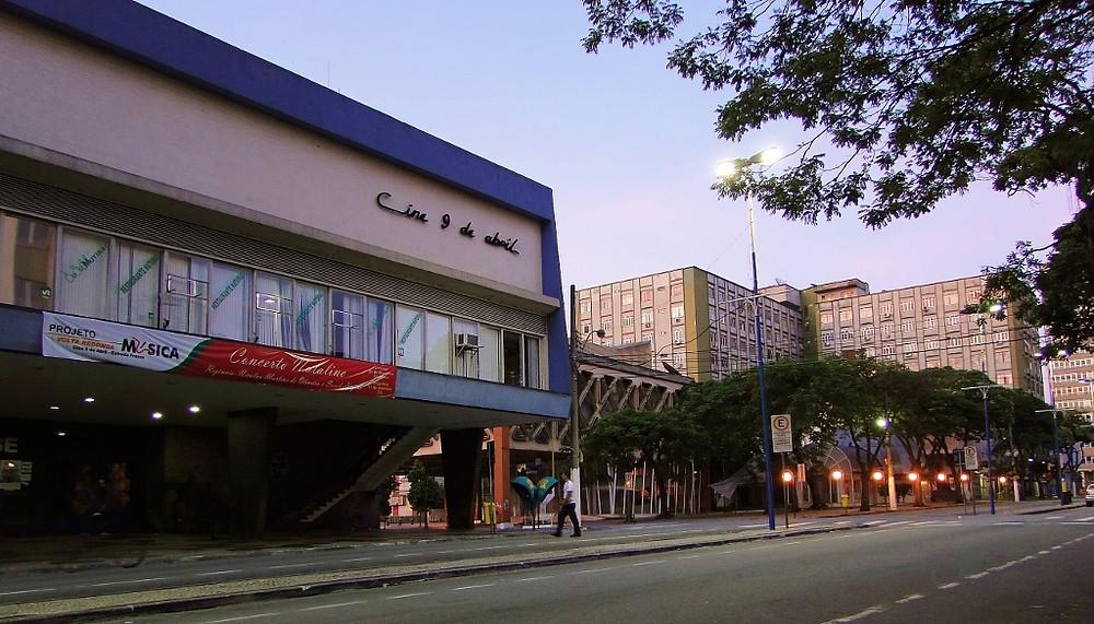 O Cine 9 de Abril é uma das últimas salas de cinema de rua ainda em funcionamento no Brasil.