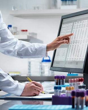 Científico en la computadora