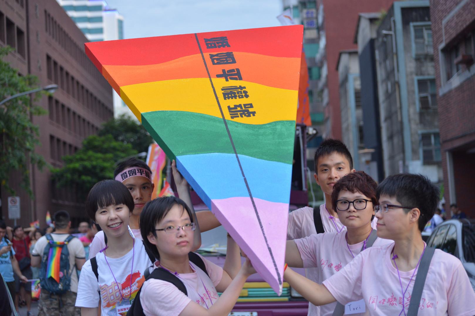 圖說:象徵婚姻平權的「婚姻平權號」彩虹____.JPG