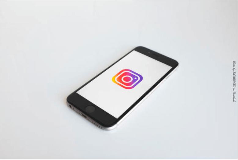Celular con logo Instagram
