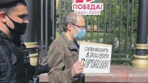 """Независимая газета: """"Зорькин решит судьбу одиночных пикетчиков"""""""
