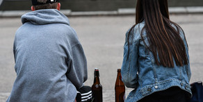 """РБК: """"В кабмине предложили лечить из-за частого распития алкоголя на улице"""""""