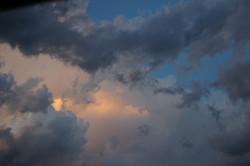 Beige bleu blanc gris ciel nuages