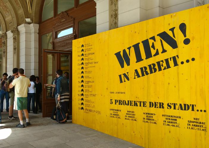 Die Gelbe Wand zieht nach außen und transportiert Ausstellungsinhalte in den Stadtraum